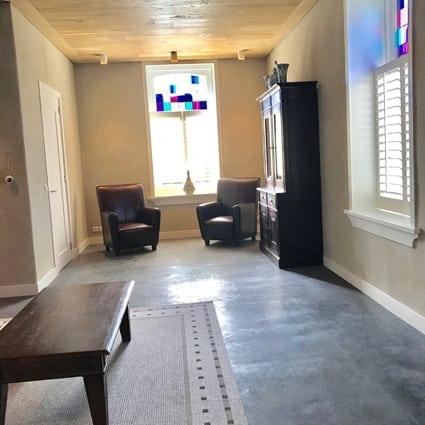 witte basisleem in huiskamer elshout